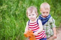 Enfants en bas âge dans le jeu Images libres de droits