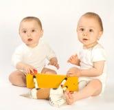 Enfants en bas âge et cheval d'oscillation Photo stock