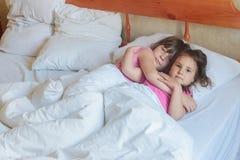 Enfants en bas âge - garçon et filles - dormant dans le lit à la maison, d'intérieur Images libres de droits
