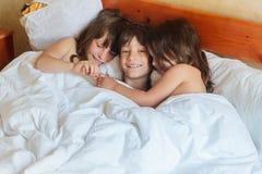 Enfants en bas âge - garçon et filles - dormant dans le lit à la maison, d'intérieur Images stock