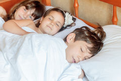 Enfants en bas âge - garçon et filles - dormant dans le lit à la maison, d'intérieur Image libre de droits