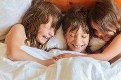 Enfants en bas âge - garçon et filles - dormant dans le lit à la maison, d'intérieur Photo stock