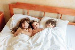 Enfants en bas âge - garçon et filles - dormant dans le lit à la maison, d'intérieur Image stock
