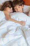 Enfants en bas âge - garçon et filles - dormant dans le lit à la maison, d'intérieur Photos libres de droits
