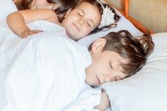 Enfants en bas âge - garçon et filles - dormant dans le lit à la maison, d'intérieur Photographie stock