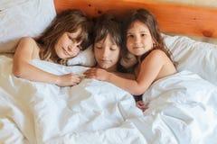 Enfants en bas âge - garçon et filles - dormant dans le lit à la maison, d'intérieur Photo libre de droits