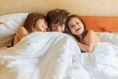 Enfants en bas âge - garçon et filles - dormant dans le lit à la maison, d'intérieur Photos stock