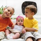Enfants en bas âge heureux avec le bébé Image libre de droits