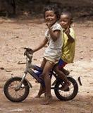 Enfants en bas âge posant à la bicyclette Images stock