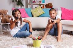 Enfants en bas âge regardant la TV Photo libre de droits