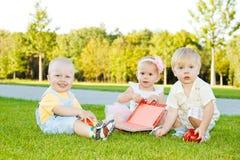Enfants en bas âge sur l'herbe Image libre de droits