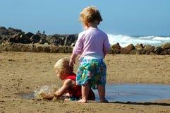 Enfants en bas âge sur la plage Images libres de droits