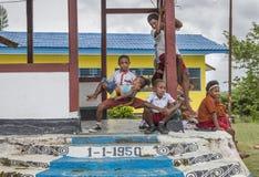 Enfants en dehors d'une école à Jayapura image libre de droits