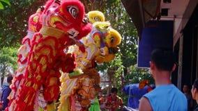 Enfants en Dragon Costumes et danse aux gens à la rue banque de vidéos