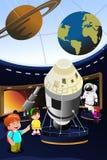 Enfants en excursion sur le terrain à un planétarium Images libres de droits