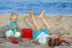 Enfants en mer images stock
