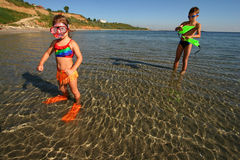 Enfants en mer photographie stock