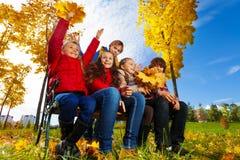 Enfants en parc d'érable Images libres de droits