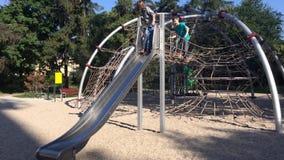 Enfants en parc d'aventure clips vidéos