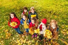 Enfants en parc sur la pelouse d'automne Photographie stock libre de droits