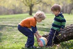 Enfants en stationnement avec la bille colorée Photographie stock