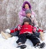 Enfants en stationnement de l'hiver Photographie stock libre de droits