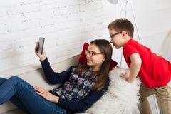 Enfants en verres avec le comprimé, dépendance d'ordinateur Photo stock