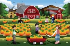 Enfants en voyage de correction de potiron pendant l'automne ou l'automne illustration libre de droits