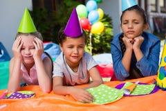 Enfants ennuyés s'asseyant à la table image stock
