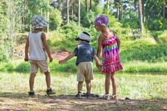 Enfants ensemble en nature Images libres de droits