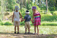 Enfants ensemble en nature Photographie stock