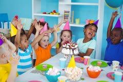 Enfants enthousiastes appréciant une fête d'anniversaire Image libre de droits