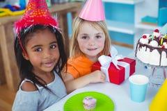 Enfants enthousiastes appréciant une fête d'anniversaire Photographie stock libre de droits
