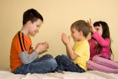 Enfants espiègles à la maison Photo stock