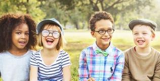 Enfants espiègles à la mode d'enfants de loisirs d'amitié Photo libre de droits