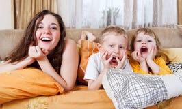 Enfants espiègles dans le lit de matin Image stock