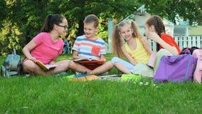 Enfants et éducation, un groupe d'écoliers clips vidéos
