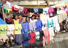 Enfants et ados posant parmi la blanchisserie dans Manado Photo libre de droits