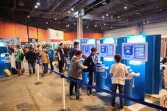 Enfants et adultes jouant des consoles de jeu de WII U Photo stock