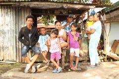 Enfants et adultes posant dans Manado Photos stock