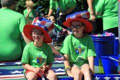 Enfants et adultes s'asseyant sur le flotteur qui abaisse Broadway, Saratoga Springs, New York @ ! ^ photographie stock