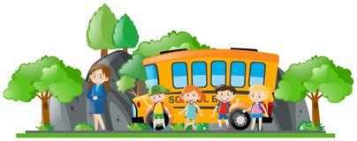Enfants et autobus scolaire se tenant prêt de professeur Photo libre de droits
