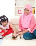 Enfants et chat Image stock