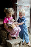 Enfants et chatons de ferme Photo stock