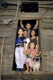 Enfants et chien de Nicaragua de portrait de famille Images stock