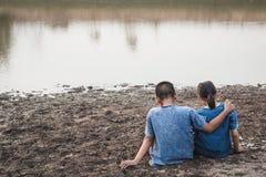 Enfants et eau sur le sol aride dans chaud photo stock