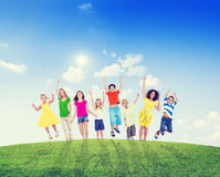 Enfants et femmes multi-ethniques dehors Photo libre de droits