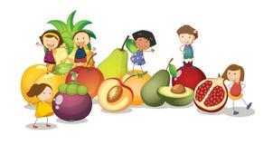 Enfants et fruits Photo stock
