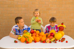 Enfants et fruits Images libres de droits