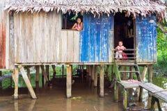 Enfants et jungle Shack Image libre de droits